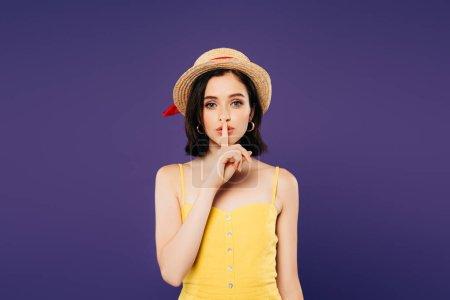 Photo pour Fille en paille chapeau montrant shh signe isolé sur violet - image libre de droit