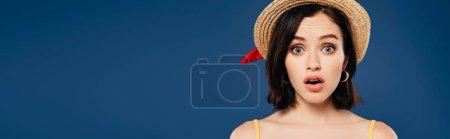 Photo pour Plan panoramique de fille choquée en chapeau de paille isolé sur bleu - image libre de droit