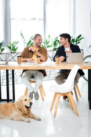 Foto de Dos amigos guapos sonriendo y mirándose el uno al otro - Imagen libre de derechos