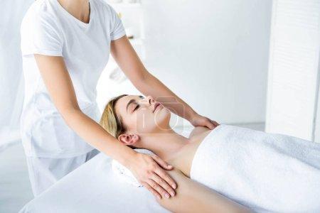Photo pour Vue recadrée de masseur faisant le massage de main à la femme attirante - image libre de droit