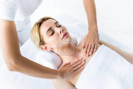 Photo pour Vue recadrée de masseur faisant le massage à la femme attirante - image libre de droit