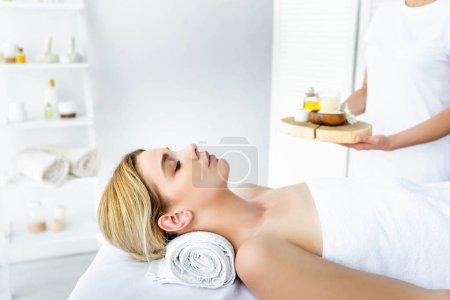 foyer sélectif de la femme avec les yeux fermés couché sur tapis de massage