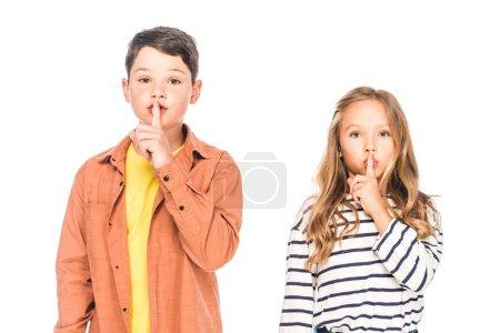 Photo pour Vue de face de deux enfants montrant des panneaux de silence isolés sur blanc - image libre de droit