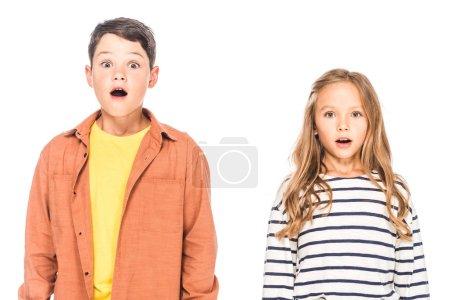 Photo pour Vue de face des enfants choqués isolés sur blanc - image libre de droit