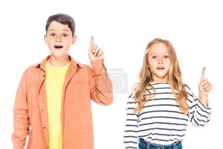 Photo pour Vue de face de deux enfants surpris montrant des signes d'idée isolés sur blanc - image libre de droit