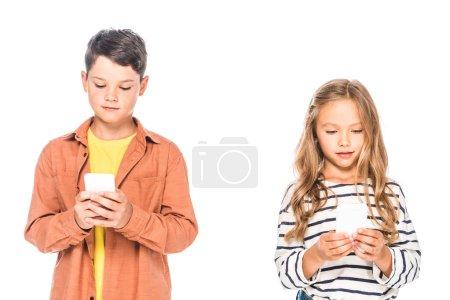 Foto de Vista frontal de dos niños usando teléfonos inteligentes aislados en blanco - Imagen libre de derechos