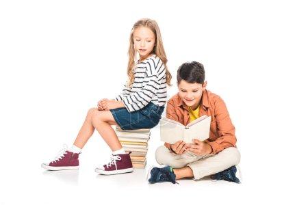 Foto de Dos niños en trajes casuales con libros en blanco - Imagen libre de derechos