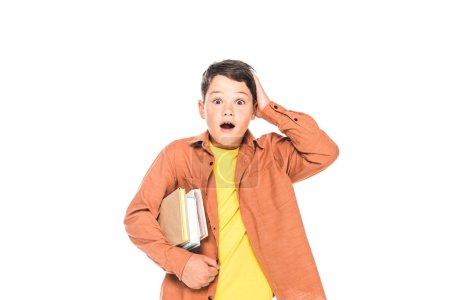 Photo pour Vue avant de l'enfant choqué retenant des livres d'isolement sur le blanc - image libre de droit