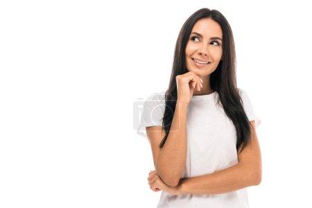 mujer feliz y soñadora aislada en blanco