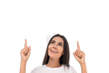 Photo pour Femme heureuse regardant vers le haut et pointant avec les doigts isolés sur blanc - image libre de droit