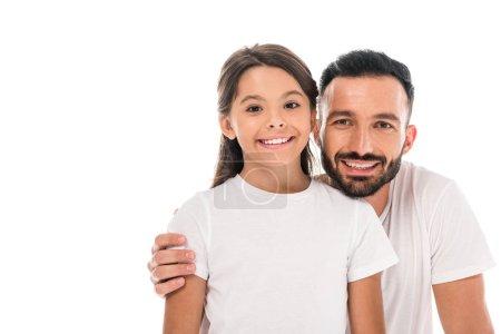 Photo pour Joyeux père serrant un enfant et souriant isolé sur un blanc - image libre de droit