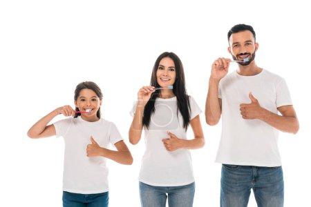 Photo pour Happy kid près de parents se brosser les dents et montrer les pouces vers le haut isolé sur blanc - image libre de droit
