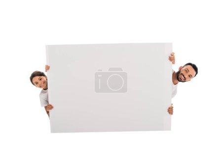 joyeux père et fille près placard blanc isolé sur blanc