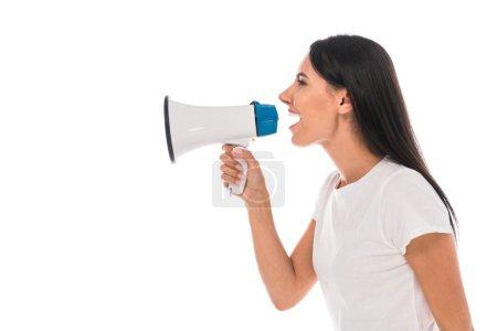 Photo pour Vue latérale de la femme en colère criant dans le mégaphone isolé sur blanc - image libre de droit