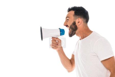 Photo pour Vue latérale de l'homme en colère criant dans le mégaphone isolé sur blanc - image libre de droit