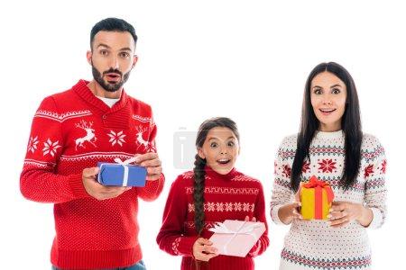 Photo pour Famille excitée dans les chandails tenant présents isolés sur blanc - image libre de droit