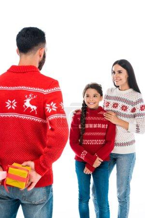 Photo pour Vue arrière de l'homme exploitation cadeaux près de femme et fille isolé sur blanc - image libre de droit
