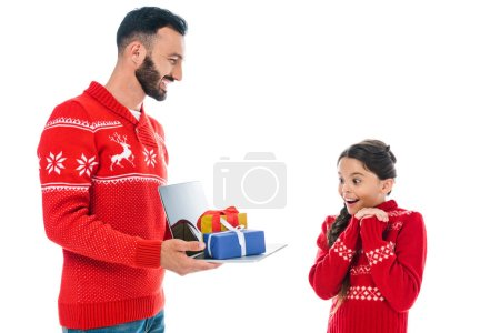 Photo pour Bel homme tenant ordinateur portable avec des cadeaux près de fille excitée isolé sur blanc - image libre de droit
