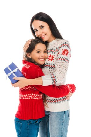 Photo pour Mère gaie étreignant fille et tenant préréglé isolé sur blanc - image libre de droit
