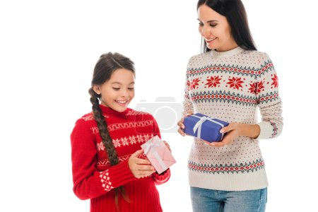 Photo pour Heureux mère et fille en pulls exploitation présente isolé sur blanc - image libre de droit