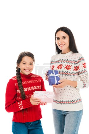 Photo pour Cheerful mother and daughter in sweaters holding presents isolated on white - image libre de droit