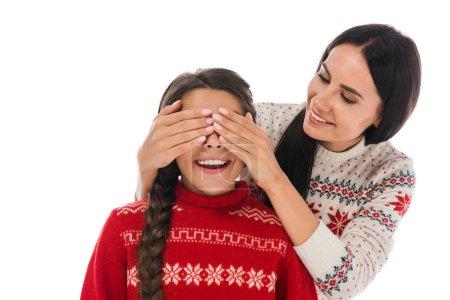 Photo pour Femme gaie couvrant les yeux de fille heureuse en pull isolé sur blanc - image libre de droit