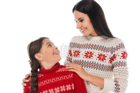 Photo pour Heureuse mère regardant sa fille en chandail isolée sur le blanc - image libre de droit