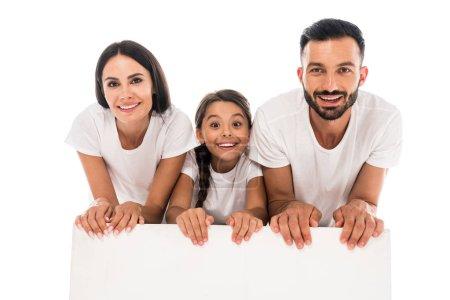 Foto de Familia alegre con camisetas blancas cerca de una pancarta en blanco aislada sobre blanco - Imagen libre de derechos
