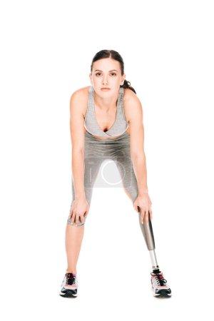Photo pour Vue de face d'une sportive handicapée avec jambe prothétique isolée sur fond blanc - image libre de droit
