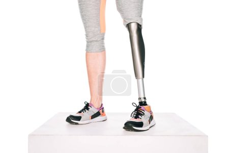 Photo pour Vue partielle d'une sportive handicapée avec jambe prothétique isolée sur fond blanc - image libre de droit