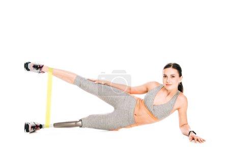 Photo pour Sportswoman handicapée avec entraînement prothétique des jambes avec bande de résistance - image libre de droit