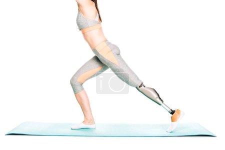 Photo pour Vue partielle d'une sportive handicapée avec prothèse s'étirant isolée sur blanc - image libre de droit