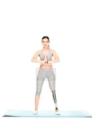 Photo pour Vue sur toute la longueur d'une femme handicapée portant son nom sur un tapis de conditionnement physique isolé sur un blanc - image libre de droit