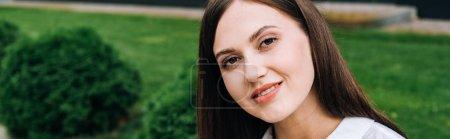 Photo pour Plan panoramique de jolie jeune femme souriante dans la rue - image libre de droit