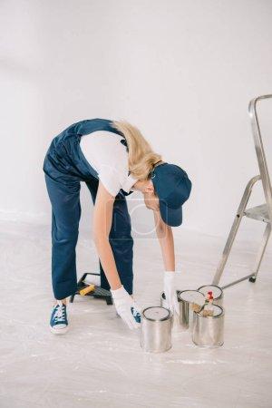 Foto de Pintor joven en recintos y la toma de tapas puede con pintura. - Imagen libre de derechos