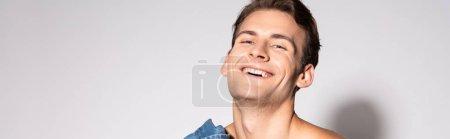 Photo pour Plan panoramique de l'homme heureux souriant sur blanc - image libre de droit