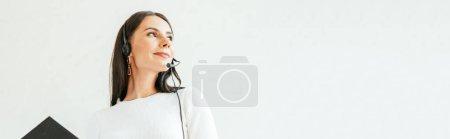 Photo pour Photo panoramique du courtier en casque d'écoute tenant le presse-pantalon - image libre de droit
