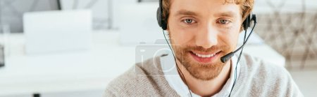 Photo pour Panoramic shot of happy and bearded operator in brokers agency - image libre de droit