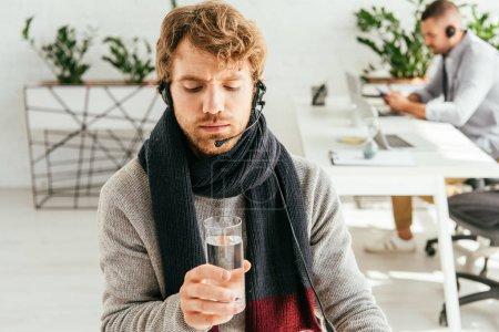 Photo pour Foyer sélectif du courtier barbu et malade tenant verre d'eau - image libre de droit