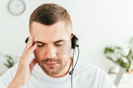 Foto de Corredor agotado con migraña tocando cabeza en la oficina - Imagen libre de derechos
