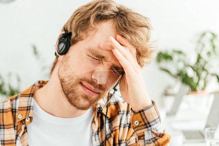 Photo pour Courtier fatigué souffrant de migraine au bureau - image libre de droit