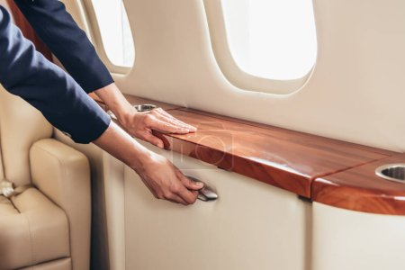 Photo pour Vue recadrée de la poignée d'attente de l'agent de bord dans un avion privé - image libre de droit