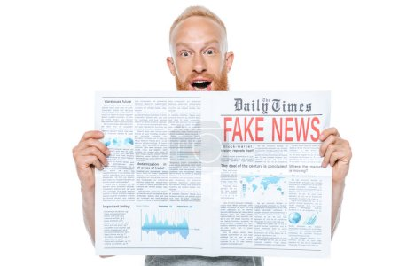 Photo pour Homme excité lisant un journal avec de fausses nouvelles, isolé sur - image libre de droit
