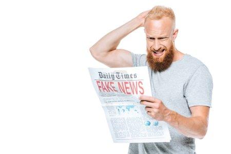 Photo pour Confus barbu lecture journal avec de fausses nouvelles, isolé sur blanc - image libre de droit