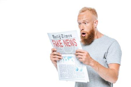 Photo pour Homme barbu choqué lecture journal avec de fausses nouvelles, isolé sur blanc - image libre de droit