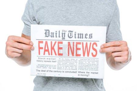 Photo pour Vue partielle de l'homme montrant journal avec de fausses nouvelles, isolé sur blanc - image libre de droit