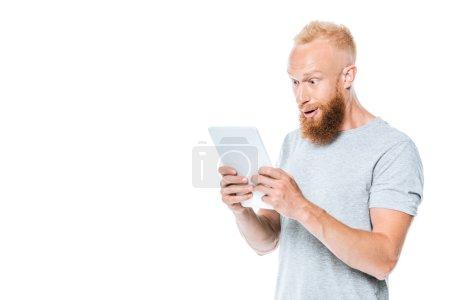 Photo pour Homme surpris en utilisant une tablette numérique, isolé sur blanc - image libre de droit