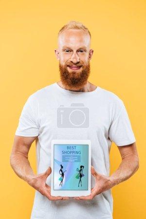 Photo pour Homme barbu montrant tablette numérique avec les meilleurs achats à l'écran, isolé sur jaune - image libre de droit