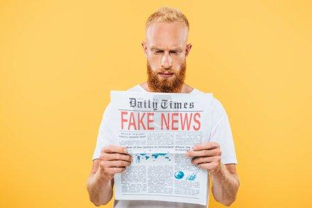 Photo pour Sérieux barbu homme lecture journal avec de fausses nouvelles, isolé sur jaune - image libre de droit