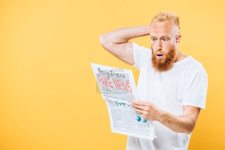Photo pour Homme choqué lisant un journal avec de fausses nouvelles, isolé sur jaune - image libre de droit